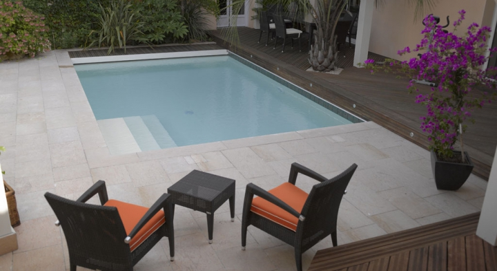 piscine urbaine c t jardin. Black Bedroom Furniture Sets. Home Design Ideas