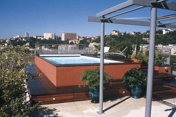 construction de piscine avec parois en verre ou en inox