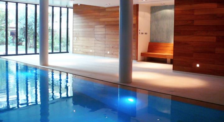 Construction de piscine int rieure de luxe dans le rh ne for Constructeur piscine lyon