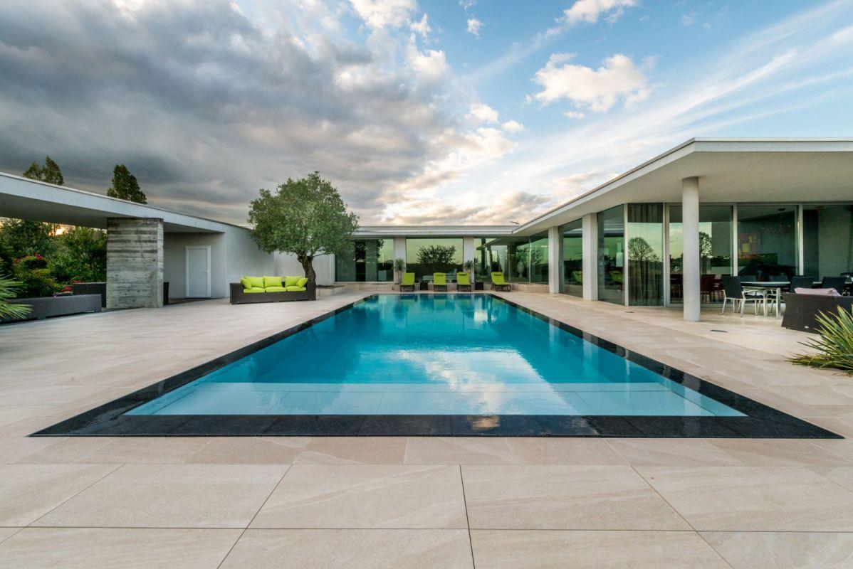 Construction de piscine avec parois en verre ou en inox for Construction de piscine